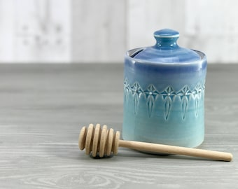Handmade honey pot: porcelain honey pot periwinkle blue glazed with stamped pattern ceramic honey jar wooden honey dipper blue kitchen decor