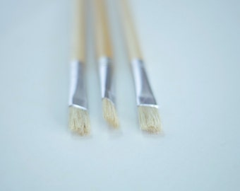 Paint brush size 8. Natural hog hair stiff paintbrush and long wooden handle. For acrylic color, mural paints, oil painting. Paint brushes