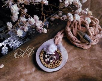 Luossa | Pendentif en cuir de saumon et fil d'étain | Inspiration bijoux scandinaves et finno-ougriens | Tenntråd