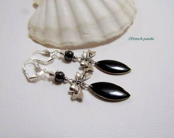 Knot earring silver and black.