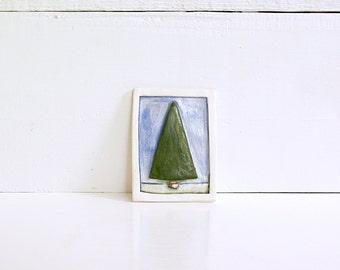 Baum.  Keramik ACEO.  Nadelbaum.  Hand gemacht.  Gebrannter Ton Sammelkarte.  3D ACEO Volkskunst.  Mit Optional Staffelei.