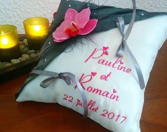 coussin mariage porte-alliances personnalisé brodé orchidée gris fuchsia