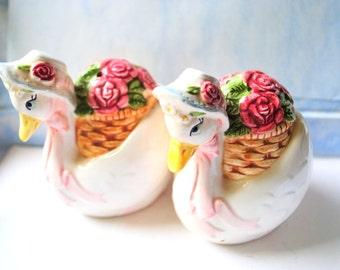 Shubby chic vintage 80s salt and pepper shakers with adorable, hand painted goose figures and english roses.Made by Otagiri.