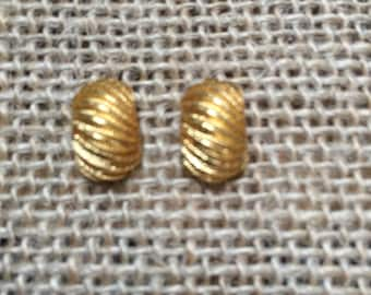 Vintage gold post-style earrings * curved and fluted gold * eye-catching * timeless style