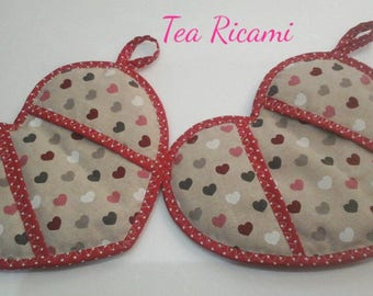 Heart-shaped pot holders in beige and red