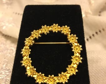 Circle of golden daisies brooch !