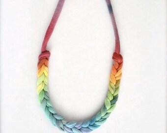 Ombre corde déclaration collier - fierté arc-en-ciel tissu tressé fibre bijoux tissu