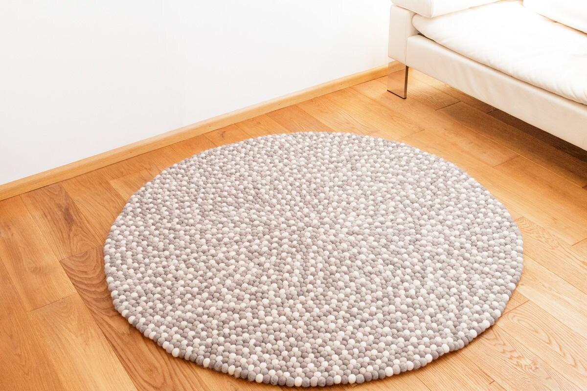 teppich rund aus filzkugeln dezent natur wei grau 140 cm. Black Bedroom Furniture Sets. Home Design Ideas