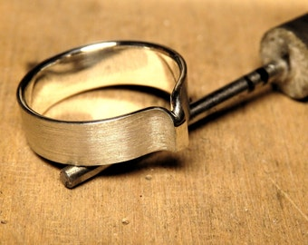 "Ring ""Q"" Elegant Silver Alliance"