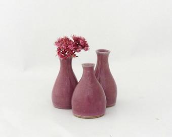 Ensemble de trois mini-vases en grès, couleur framboise