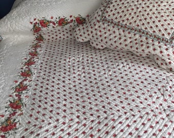 Reversible Rosebud Quilt With Matching Sham. Double Bed Coverlet. Pretty Scallops.