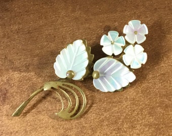 Mother of Pearl MOP Leaves Flowers Brooch Pin Unsigned Gold Tone Metal Iridescent 1940's Bright White Floral Theme Realistic Pearlescent
