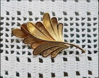 Lovely Vintage Gold Tone Leaf Brooch - Pin