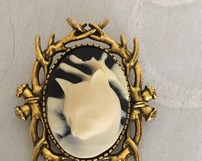 Antique gold kitty cameo brooch-Cameo Pin-Cat Cameo-Brooches-Resin Cat-Gold Jewelry
