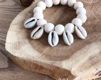Bracelet wood and cowrie shells