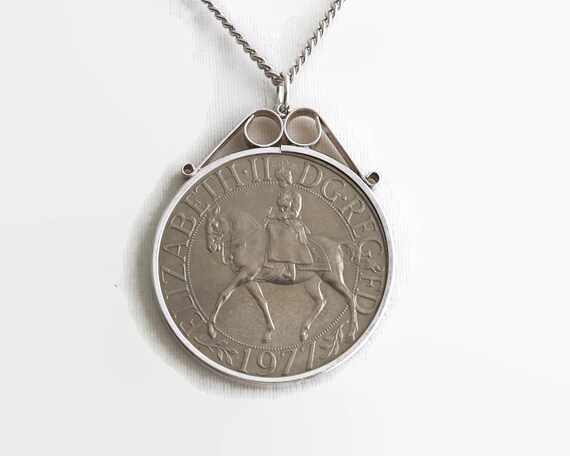 Queen Elizabeth silver jubilee commemorative coin pendant on curb link chain, 1977 coin, large pendant, gold washed / bronze look, 40 grams