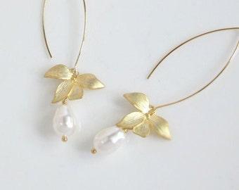 Schöne Orchidee Blume modernen baumeln Ohrringe. Tropfenförmige weiße Perlen lange Tropfen-Ohr-Accessoire. Braut Hochzeitsschmuck. Schlichter