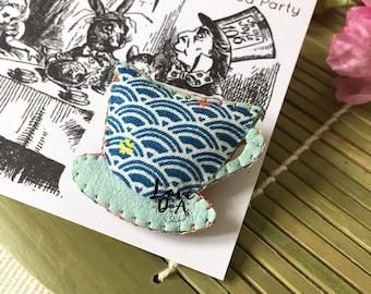 Alice im Wunderland - Teetasse - Tee-Party - Leder - Brosche - Pin - handgefertigt - Abzeichen - Mad Hatter - leicht zu tragen - jeden Tag tragen