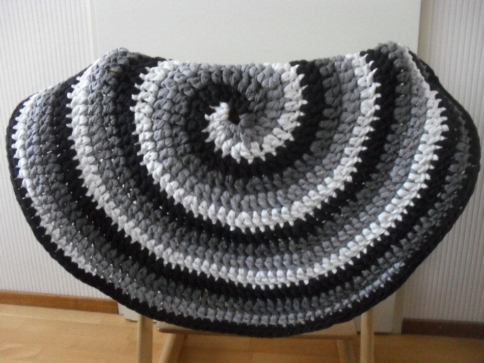 Crochet rug pattern black white and gray spiral crocheted rug crochet rug pattern black white and gray spiral crocheted rug round t shirt yarn rug swirl pattern crochet rug pdf us terms dt1010fo
