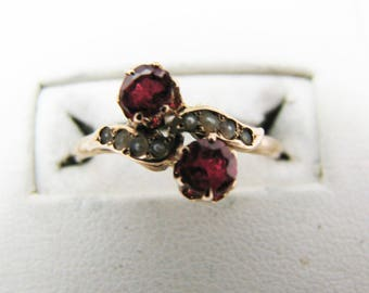 b072 Pretty 10k Yellow Gold Ring with 2 Red Stones and Seed Pearls