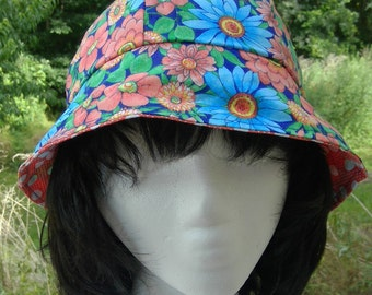 Reversible cotton bucket hat with flowers and polka dots.
