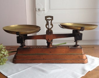 Vintage french cast iron scales with brass pans. Roberval scales. Bronze color scales. Vintage kitchen decor. French country kitchen style.