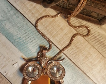 Owlshape/style necklace with long chain and stone