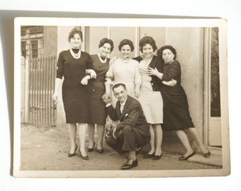 Old genuine photograph from Italy, family group 1950s / 1960s, merry women