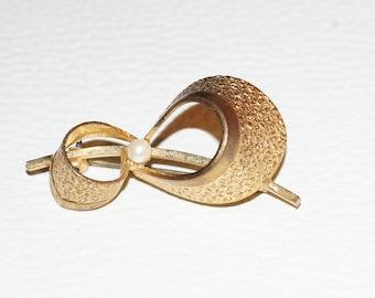 Cute 1950's Loop Brooch Pearl