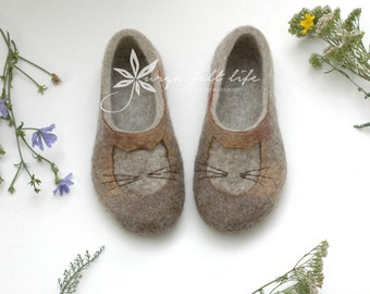Felted slippers for women with cats - Women home shoes - Natural woolen clogs - Handmade - Beige brown - Valenki - Valentine slippers