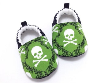 Skulls Baby Shoes, Soft Sole Baby Shoes, Baby Shower Gift, Halloween Baby Booties, Toddler moccasins, Skull and Crossbones baby