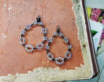 Perle en fait à la main et fil   2 larmes rustiques   Fil en acier foncé, clair brillant verre perles de rocailles   Breloques légers   Boucle d'oreille approvisionnement