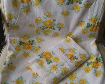 Romantic yellow roses Wabasso twin flat sheet with pillowcase / great condition / shabby chic / country / cottage charm / kitsch / chintz