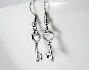 Boucles d'oreilles petites clefs, mignonnes paire de boucles d'oreilles petites clés avec cœur, boucles à breloque clefs et cœur en métal