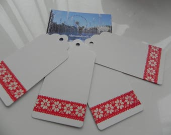 4 tags 4.5 cm x 9 cm white decorated with a frieze with red flowers