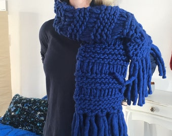 Grobmaschiger scarf in beautiful Royal Blue