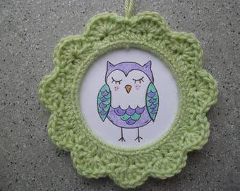 Frame round OWL illustration, crocheted in light green cotton