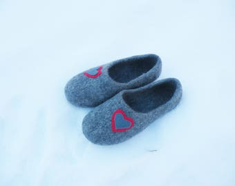 Gray felted slippers/ Wool felt slippers with hearts/ Felted men slippers/ Gray house shoes/ Woolen clogs/ Valentine's day slippers