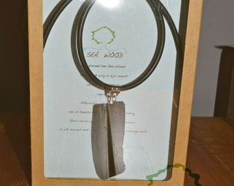 Necklace with pendant of sea wood [Z]