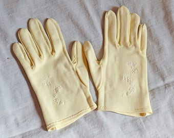 Cute Vintage Ladies' Gloves - Cream with White Stitched Flowers, size 5 - 5.5