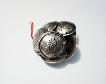 Lot 8 vintage Celtic style metal buttons, 18mm in diameter