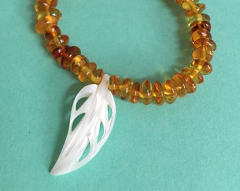 Amber bracelet with mother of Pearl spring