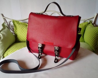 Chic handbag with removable shoulder strap