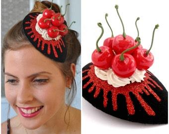 Fascinator Kirschen, Kirsche Kopfstück, Kirsche Hut, Schlagsahne gekrönt mit Kirsche Fascinator schwarz, rot & weiß