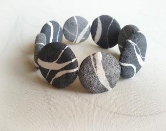 Braccialetto con ciottoli di mare in cartapesta Bracciale con pietre leggere Gioielli artigianali fatti a mano Gioielli carta Idea regalo