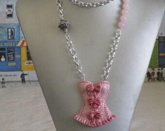 """Charmant collier avec pendentif en céramique """"Une jolie guêpière"""""""