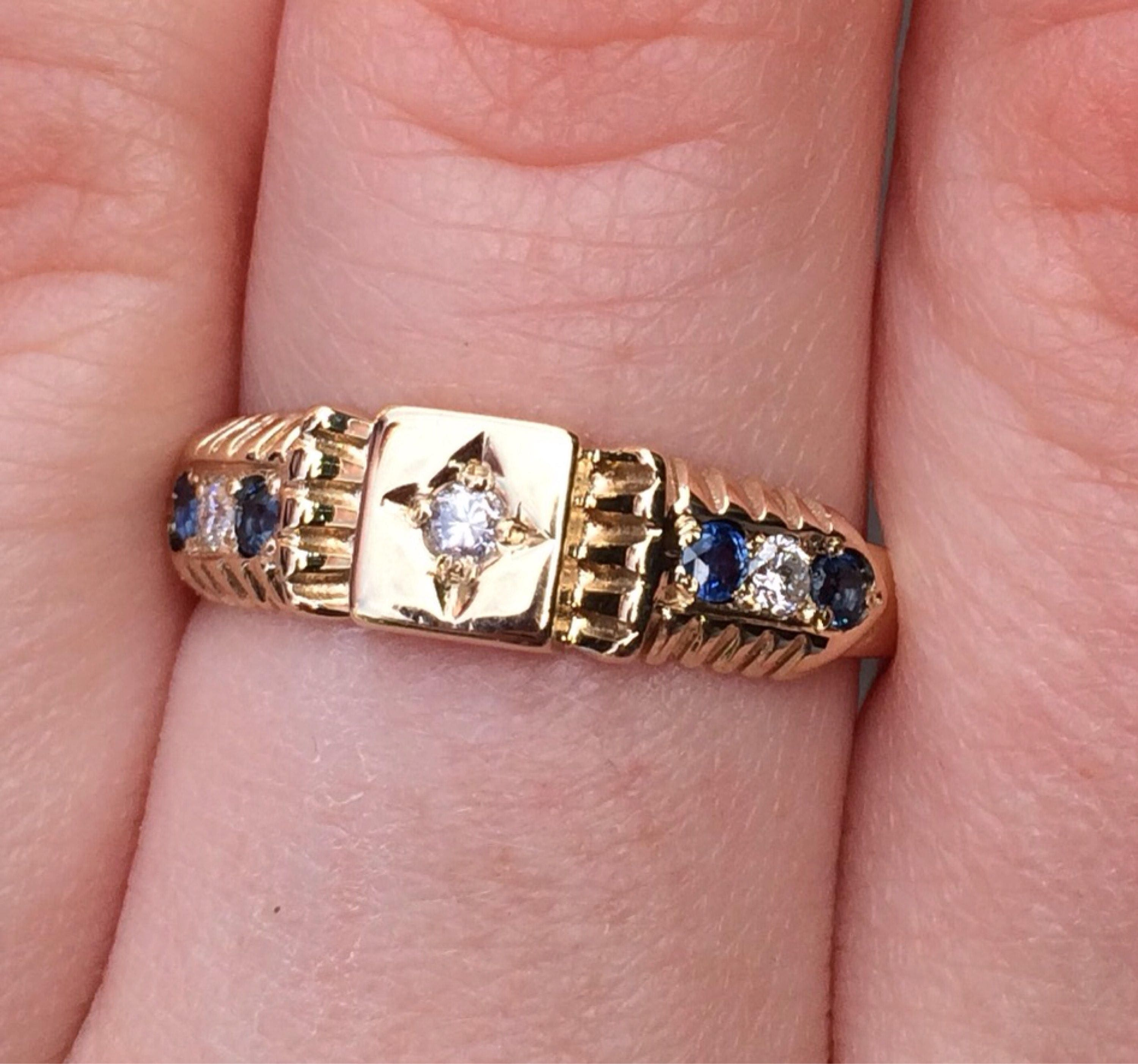 Beautiful 9ct Yellow gold Ring centre stone Diamond with