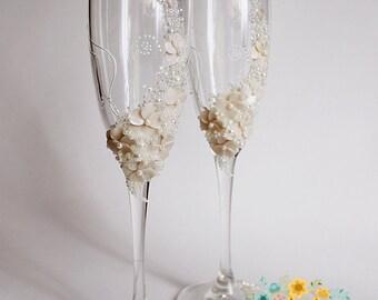 Wedding glasses in Ivory-Gentle Wedding toasting flutes-Wedding champagne glass-Wedding favor-Wedding gift-Floral Toasting glasses
