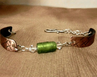 GREEN GLASS with CRYSTALS and TeXtuRed CoPPer  BrAceLet