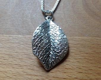 Antique silver vivid leaf necklace